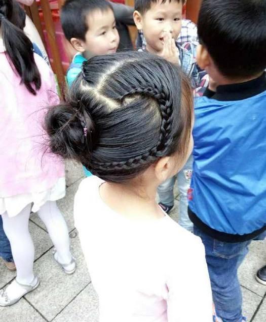 看到幼儿园老师给孩子扎的头发, 妈妈们表示: 输了输