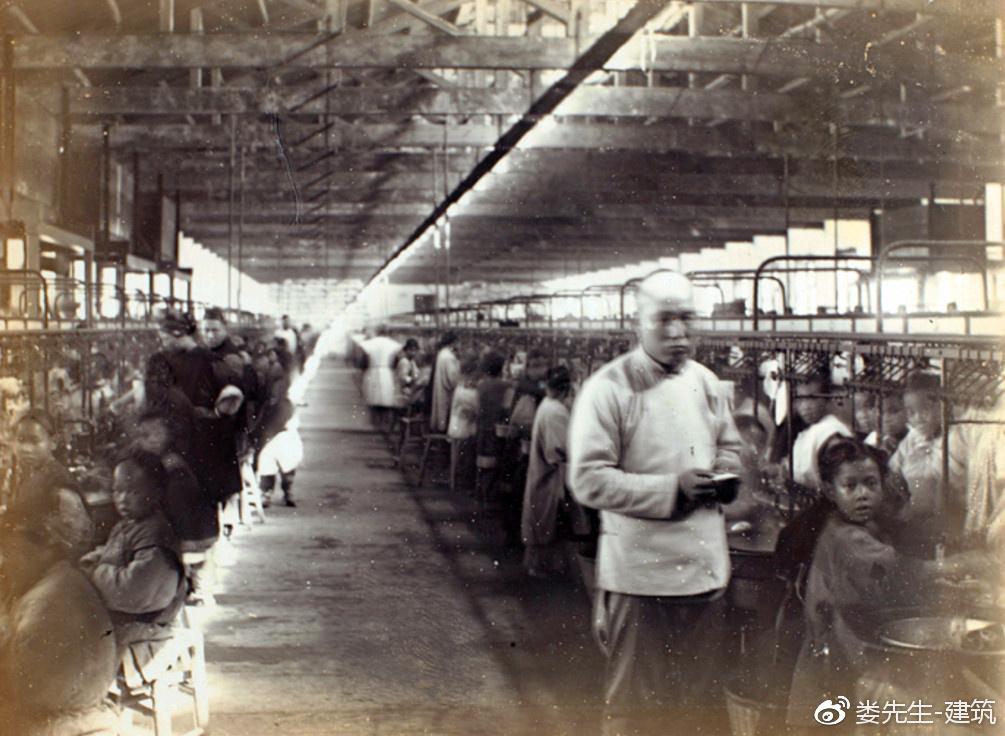 《上海百年工业建筑寻迹》节选 上海在开埠前就是江南名邑,海上贸易和航运业十分发达。从元代海运漕粮开始,上海沙船业应运而生。这种空载时须装砂后仓的平底船,适应水浅沙多的北方海道。据史料记载自康熙二十四年(1865年)开海禁,关东豆、麦,每年至上海者千余万石,而布、茶、南货至山东、直隶、关东者,亦由沙船载而北行。沙船载重量初期不超过1000石(约50吨),后来经过改造增加到1500至3000石。在乾、嘉年间,集聚在上海黄浦江上的沙船有3500艘左右。除了上海的沙船外,浙、闽、粤的乌船、疍船、估船停泊在上海