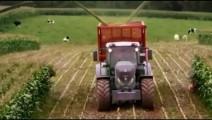 国外美女开着芬特青储机收割玉米,这就是科技的力量!