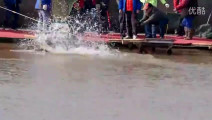 江浙沪最大352斤的鱼被钓起,钓鱼的场面十分刺激