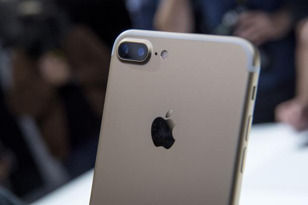 了iPhone手机广受女生欢迎,国产一部美图手机同样让女生爱不释手图片