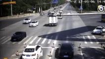 最牛面包车司机,撞交警、疯狂拖行交警上千米