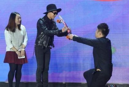 湖南卫视除了杜海涛, 还有几位主持人下过跪受到赞扬了!