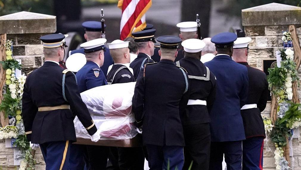 老布什灵柩下葬德州家族墓地 多架战机编队悼念