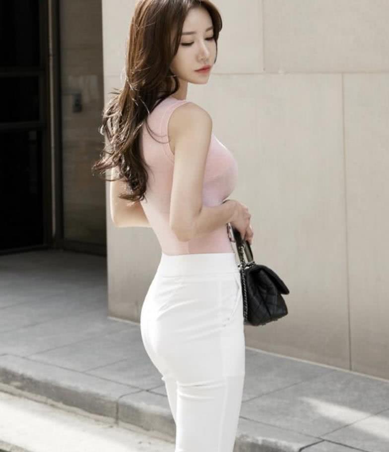 街拍;纯色牛仔裤美女, 大气、显气质走路都带风味