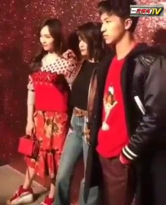 唐嫣和许魏洲与外国友人出席纽约时装周活动,害羞被撩了哦