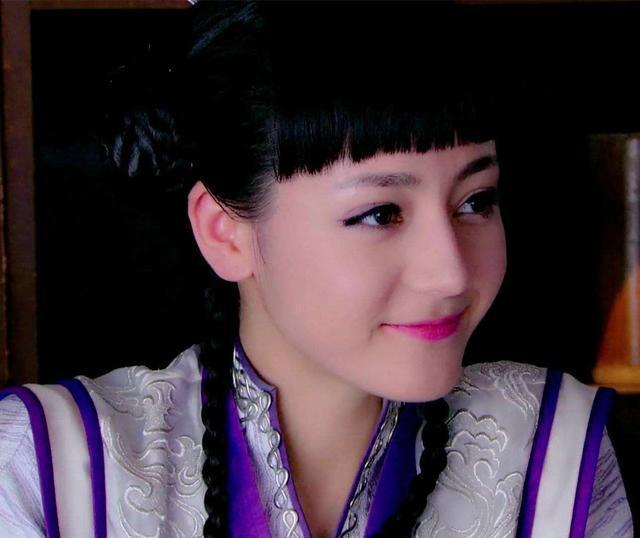 在剧中饰演精灵搞怪,萌萌可爱的小师妹芙蕖,凭借此角色,迪丽热巴开始