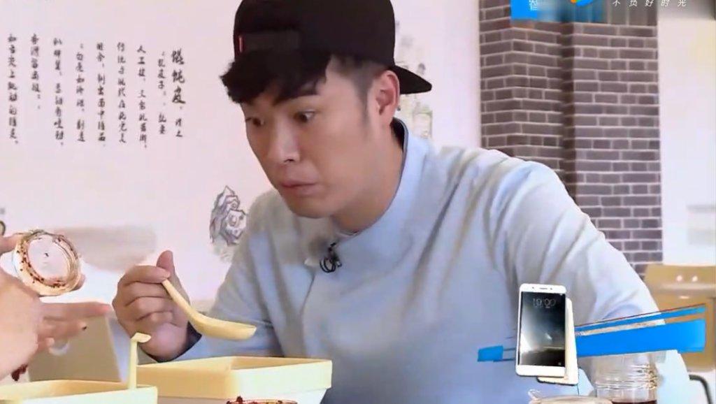 《奔跑吧》鹿晗这么能吃辣,那么重口味的小鹿陈赫真是没想到,现场抓皮皮虾太萌了!