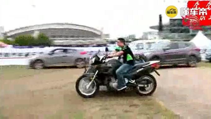 军工品质: 嘉陵600边三轮摩托车在农村庙会进行翘斗表演