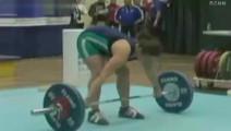 女运动员举重出意外,差点砸断颈椎