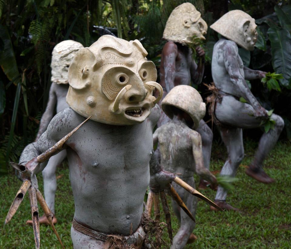 新几内亚岛地形险阻,交通不便,再加上种族复杂的因素,遂产生了七百多