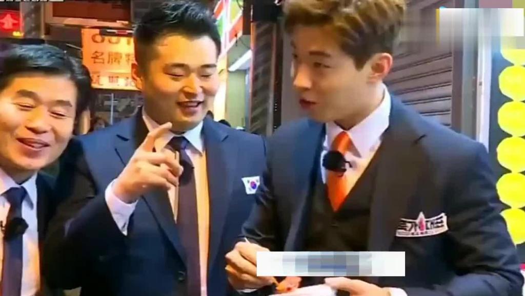 舌尖上的中国: 几个韩国人到中国吃臭豆腐,唱过一口后上瘾了!