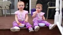 双胞胎妹妹趁姐姐走开, 做了一个动作, 让妈妈笑疯.
