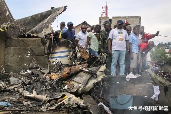 噩耗传来! 一架客机起飞三分钟后坠毁, 现场浓烟滚滚, 数十人遇难