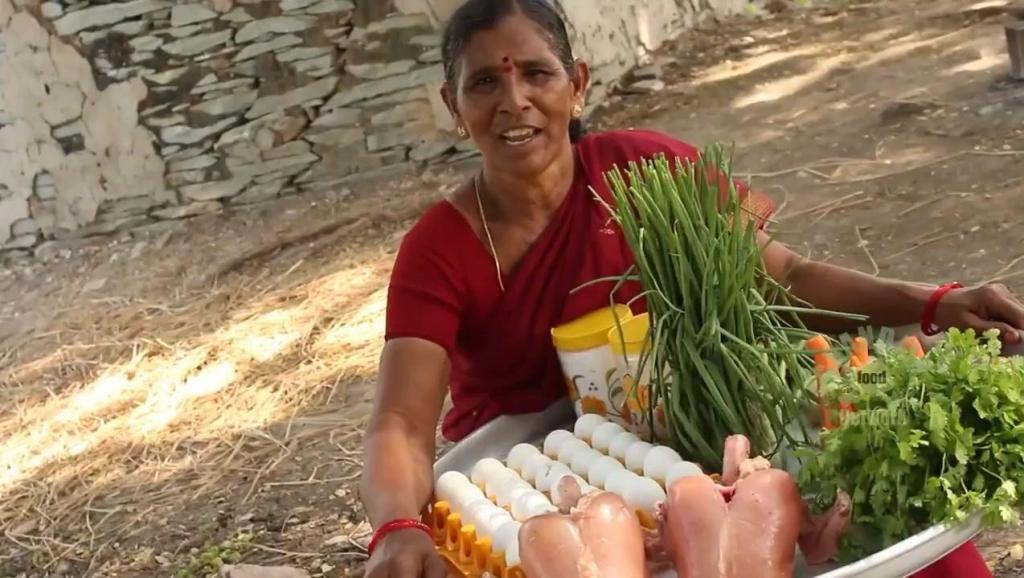 印度大妈搞野炊,一袋大米两只鸡一板鸡蛋,看看她如何烹饪