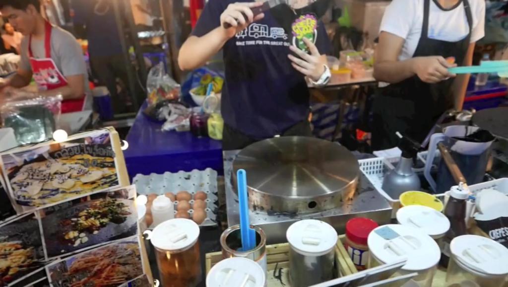 泰国街头食品 - 奶酪火腿和鸡蛋做的黑煎饼 - 泰国曼谷