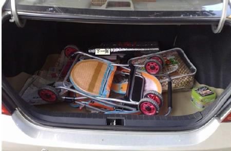 车主忘锁后备箱 小偷潜入车内行窃时刚好被车主撞见