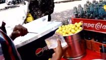原来印度的冷饮是这么做成的,一杯半个柠檬,绝对的真材实料