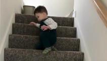 双胞胎宝宝下楼梯,看看这速度