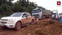 货车通过山路轮胎在泥潭里悬空打滑,看司机怎么走出困境!