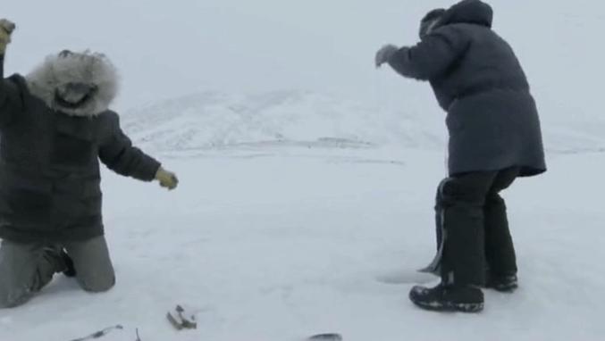 在北极边垂钓?男子凿开近2米厚冰块成功钓鱼
