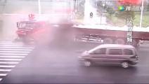 面包车和货车被卡车瞬间摧毁,电动车跑的真快