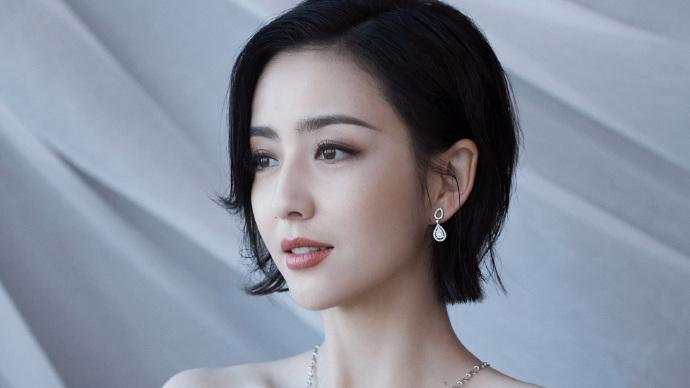佟麗婭亮相金雞百花電影節, 身穿金色亮片抹胸長裙優雅大方