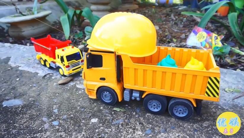 玩具工程车清理垃圾工作视频