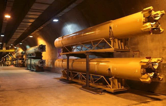 这些地下洞库就是伊朗版的地下长城,洞库内密密麻麻全是弹道导弹,令美国非常忌惮