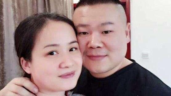 岳云鹏终于刮胡子了,躺沙发上看20年前电视剧,被妻子狂吐槽