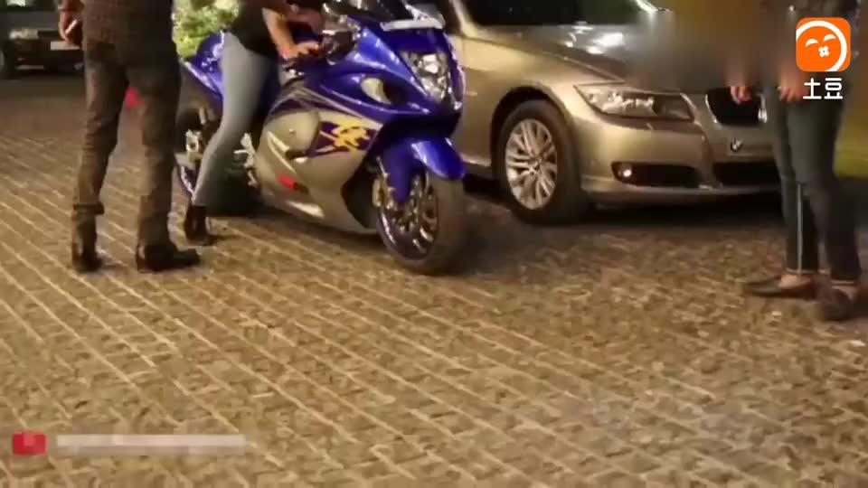 女孩骑着40万的铃木摩托车去上街, 一把油门下去整条街瞬间安静了