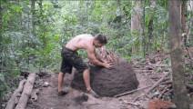 澳洲小哥再炫新技能,徒手烧制升级版木炭窑