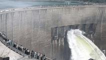 世界上最大人工水坝,水泥冷却需125年,被工人一招解决