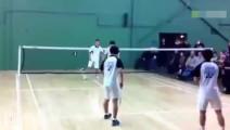 四个练过功夫的中国人打羽毛球,活生生把全场外国人看懵了