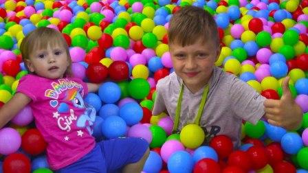 蜘蛛侠艾莎公主在儿童乐园玩彩球攀岩