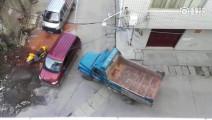 小区被外来无良面包车司机占道,为工程车司机的做法点赞!