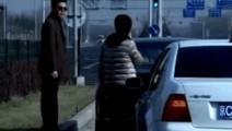 宋丹丹开着大众撞上宾利,以为是个杂牌车,给保险公司打电...