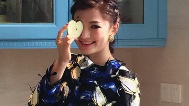 因参加中国好声音爆红,曾经担任过平面模特,也参加过超级女声