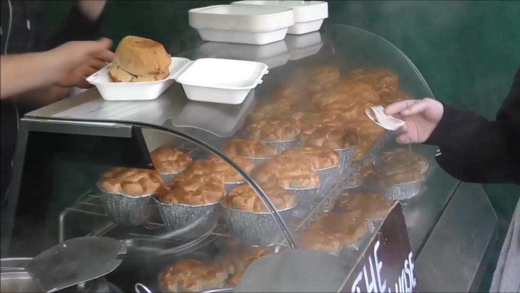 伦敦的快餐小吃土豆泥牛肉汁和麦酒
