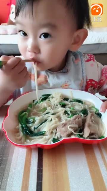 2岁的宝宝就会自己拿筷子吃饭了, 看他吃的好香