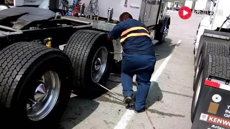 实拍工人给新的卡车安装轮胎, 没力气干不了这活儿