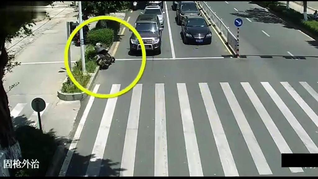 女子骑电动车无视红灯,没办法死神不愿眷顾,只有把她带走!