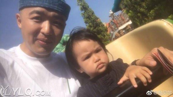 日前包氏夫妇带女儿去迪士尼游玩,然而可爱的包饺子被亲爸包贝尔无情