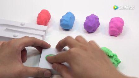 小猪佩奇用彩色太空沙制作外星人
