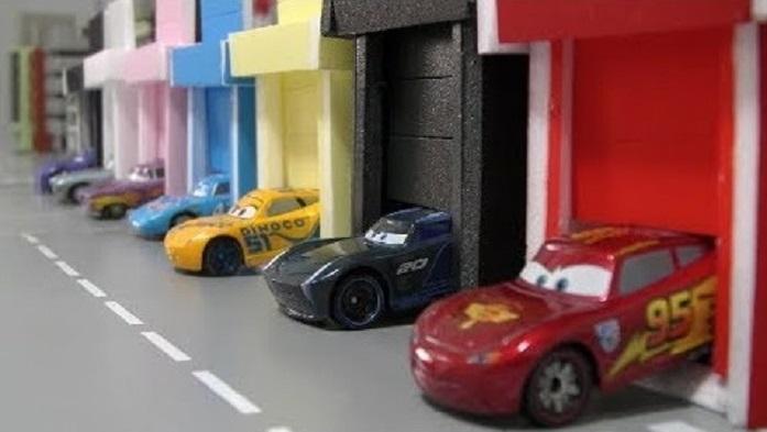 大货车陆续接小赛车回车库