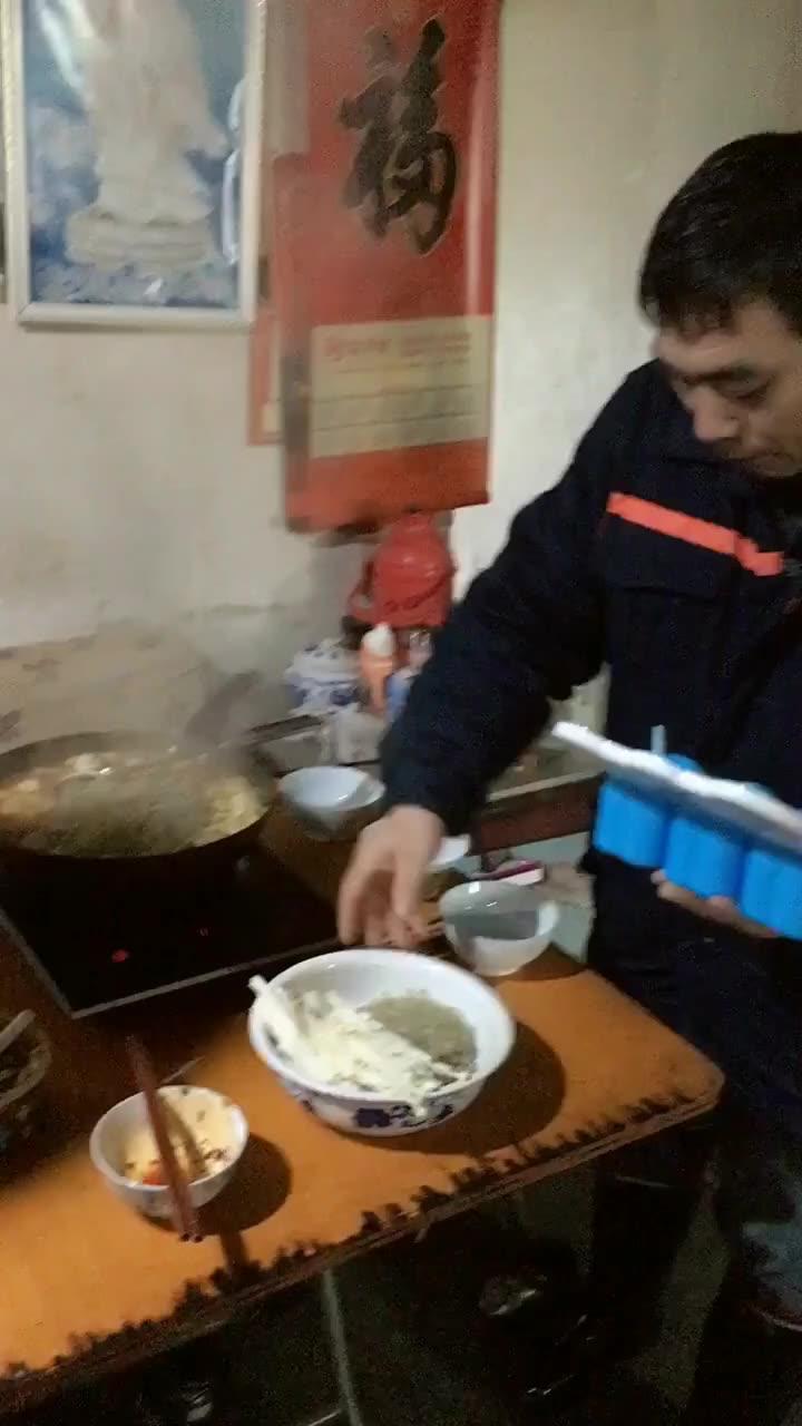 昨天晚上跟公婆说想吃火锅,一早公公冒着大雪就去买菜