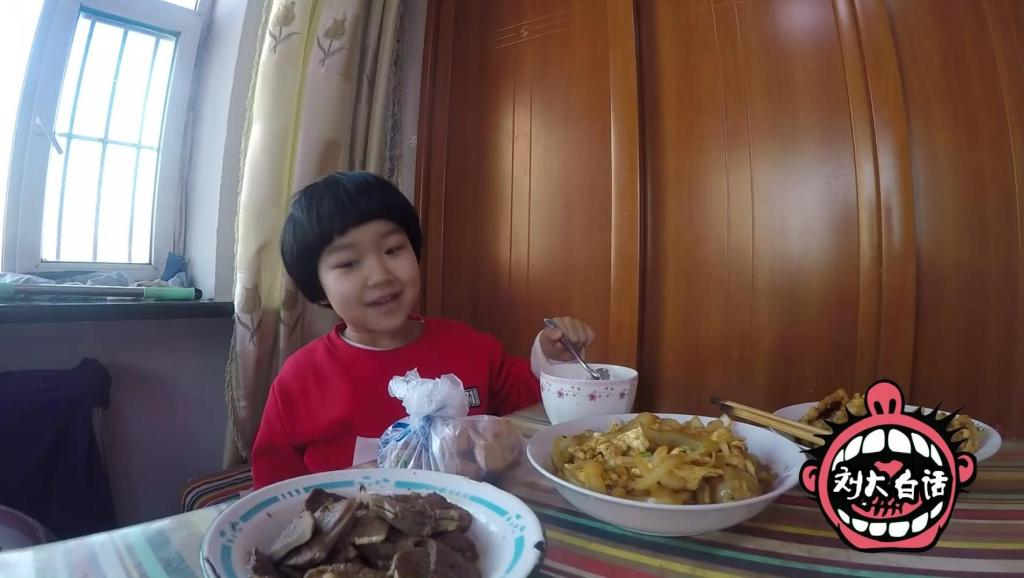孩子吃饭挑食怎么办?看了熊孩子这段视频就明白咋办了!
