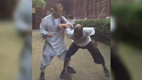 黑人求学少林功夫 要想学擒拿 先得被人拿