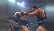 WWE WWE 乌索父亲大战巅峰大秀哥!两人身形太恐怖 获胜后翩翩起舞
