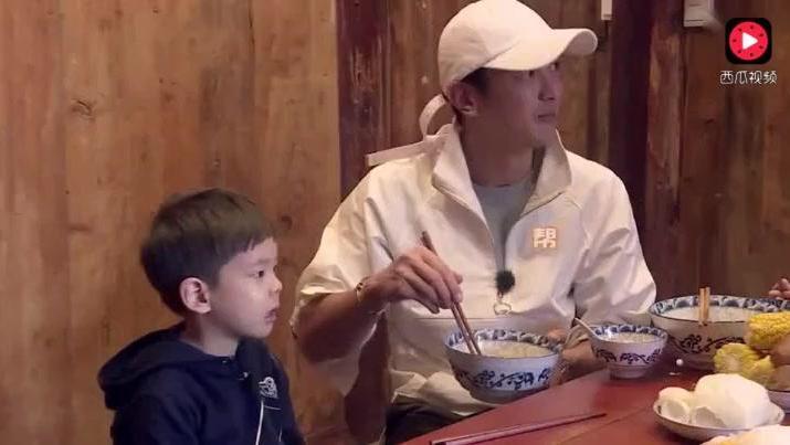 嗯哼: 春哥你到底是谁的爸爸啊;Jasper: 多谢杜江叔叔的救命之恩
